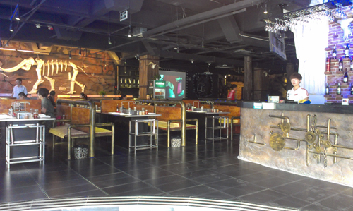 主题烧烤店,环境优雅,风格独特,装修复古,免费wifi开放.